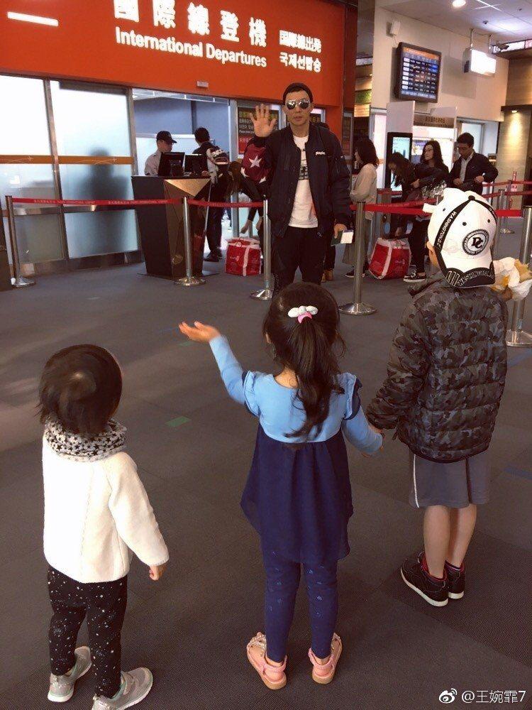 劉畊宏出國工作,在機場與三個孩子道別。 圖/擷自王婉霏微博