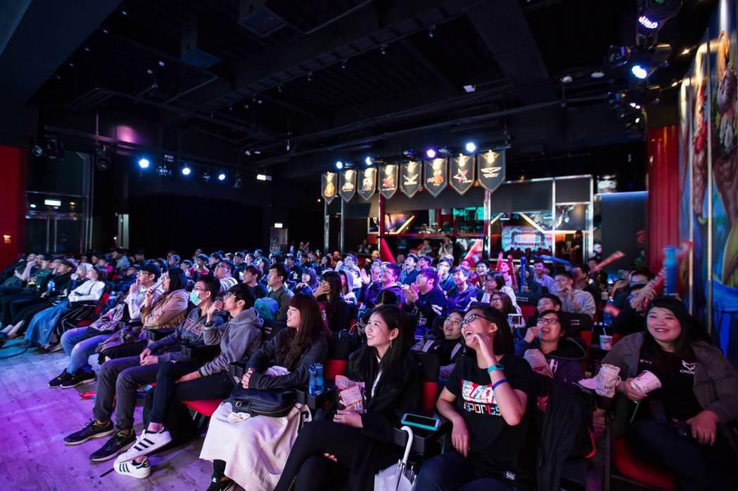 台上互動精彩,全場觀眾笑聲、掌聲不斷。