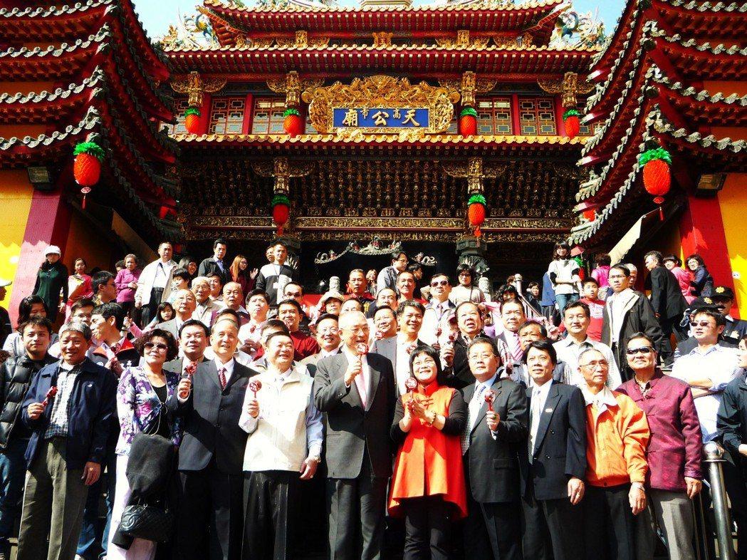 國民黨主席吳敦義與高雄玉皇宮淵源深,圖為2011年吳擔任行政院長時,大年初一前往...