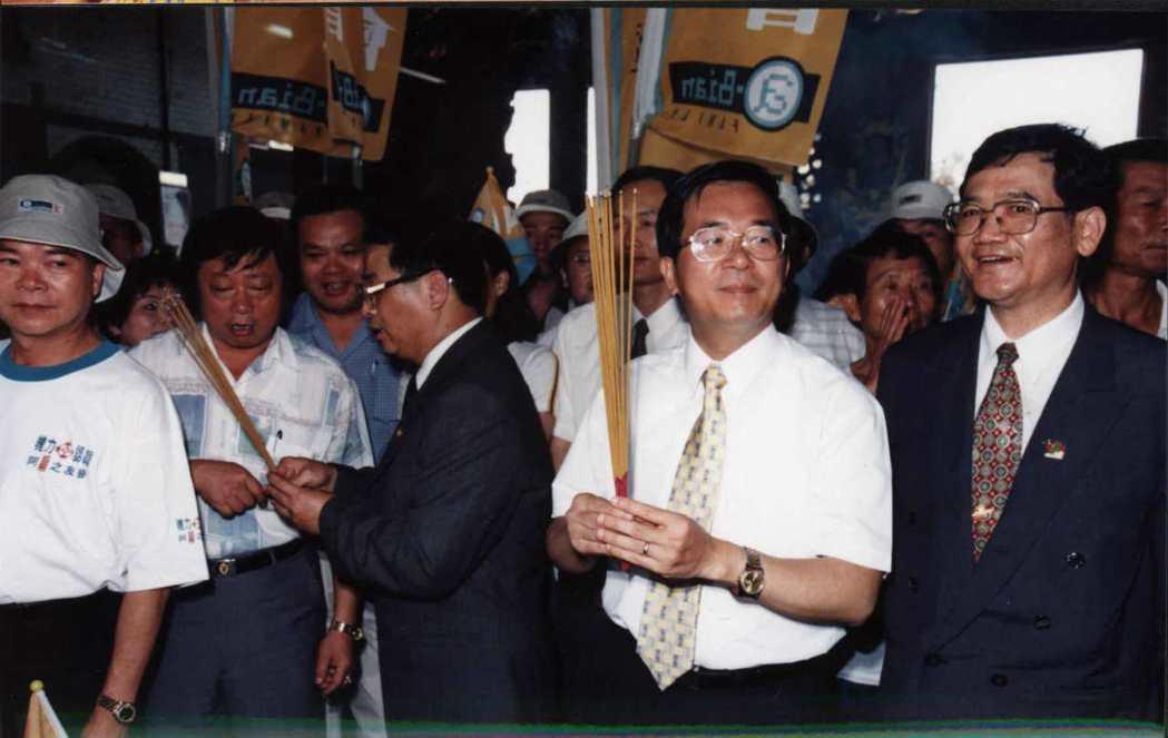多任總統都曾到新北市林口竹林山觀音寺參拜,圖為陳水扁1999年參拜畫面。 本報資...