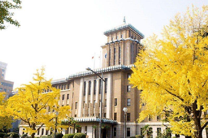 氣勢非凡的「King 之塔」在秋季與一旁的金黃色銀杏交織成為絕美景致。