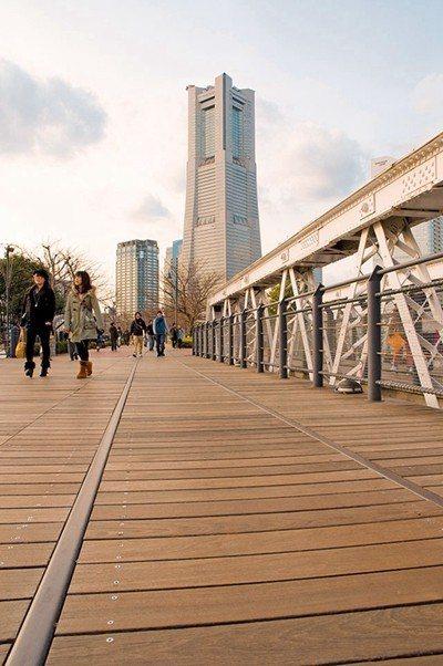 木造的遊步道能將橫濱地標THE YOKOHAMA LANDMARK TOWER一...