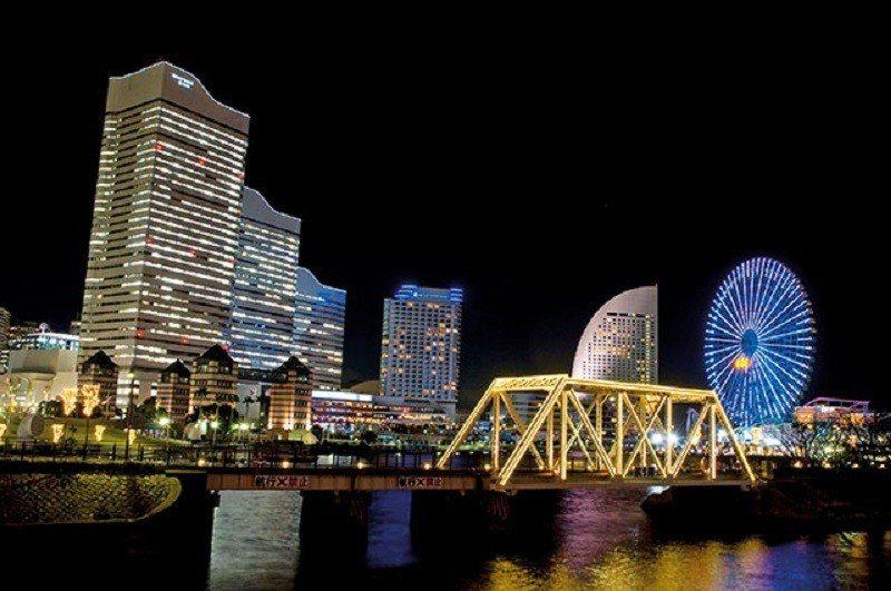 位於海港上的汽車道是最富盛名的賞夜景勝地,親身感受橫濱夜晚之美。