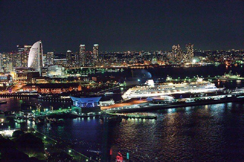 豪華的郵輪與橫濱絢爛的夜景合奏出令人難忘的畫面。