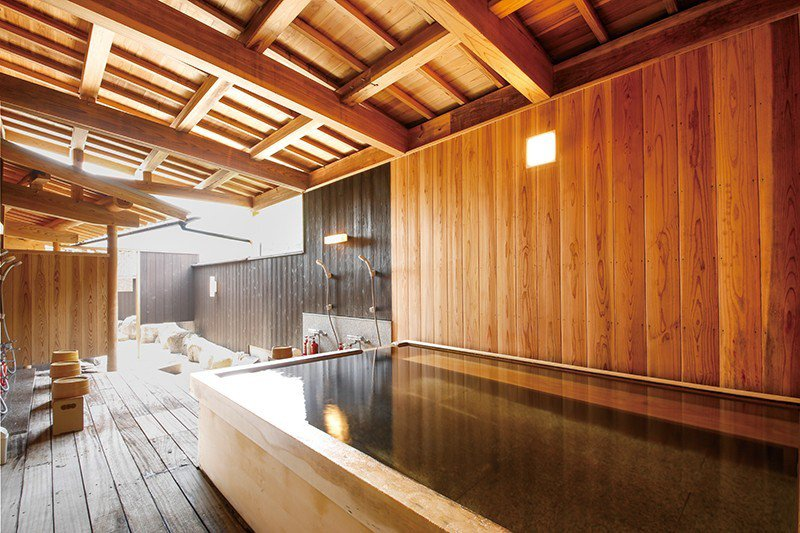 3年前剛完成翻修的全新浴場,除了檜木浴池之外,更有能夠眺望三德川風景的露天溫泉。
