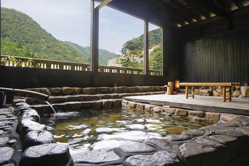 充滿秘湯氛圍的露天浴場,讓人可以享受寧靜的溫泉時光。