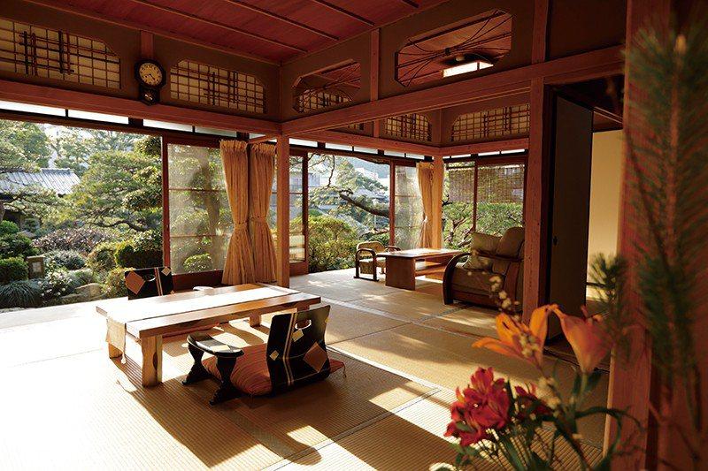 設於迴遊式庭園內的獨棟客房,設有獨立的私人溫泉,可以在寧靜的庭園景色中 安靜休息...