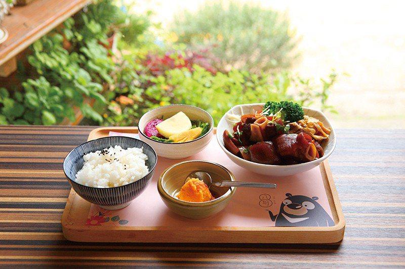 黑豬腳是八玥人文餐飲的招牌菜,選用黑毛豬肉滷製,肥瘦度剛好,吃起來鹹中帶甜。