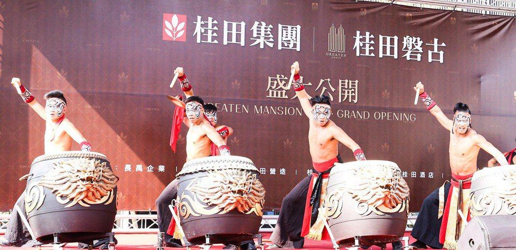 「桂田磐古」公開儀式,由九天民俗技藝團打頭陣,展現磅礡氣勢。 攝影/張世雅