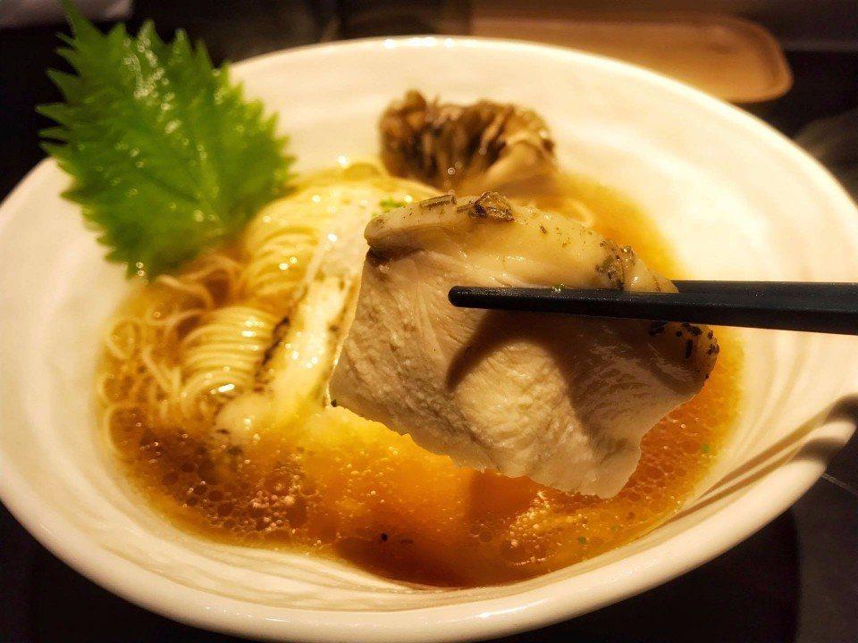 雞吉君的雞叉燒加入香料,主要是迷迭香氣,和洋融合做法特殊。(攝影/林郁姍)
