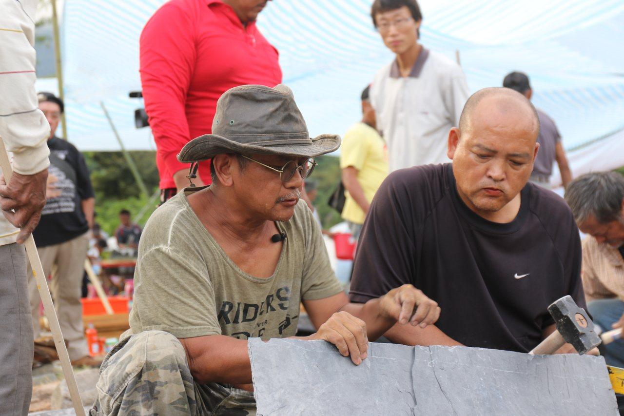 布農族人向講師撒古流・巴瓦瓦(左)習作石板屋。圖/卓溪鄉公所提供