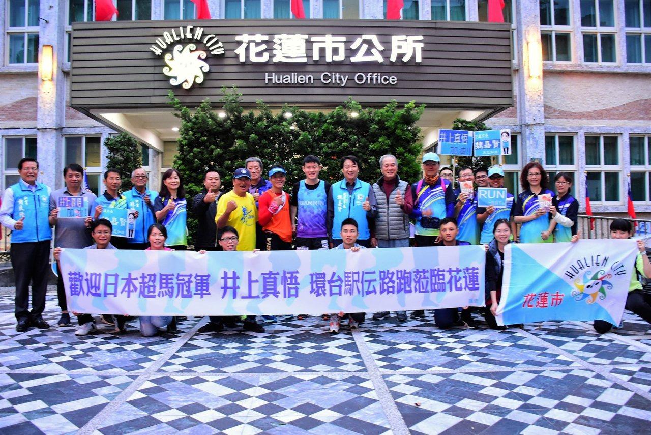 馬拉松亞洲新紀錄的日籍馬拉松選手井上真悟(中),18日起以接力馬拉松的方式從台北...