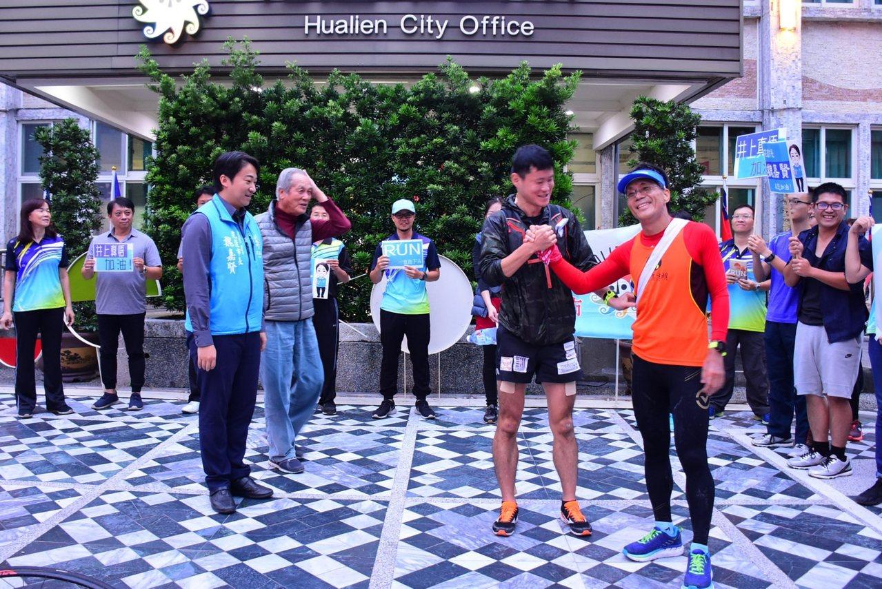 井上真悟(右二)在台灣的「環台駅伝路跑」,由素有「12小時超馬」美譽的高志明(右...