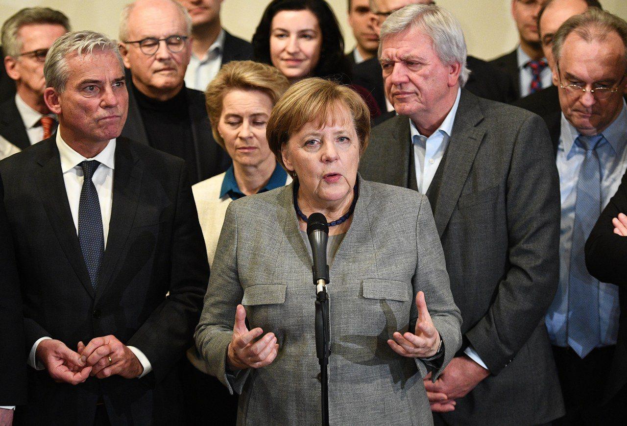 德國總理梅克爾在籌組聯合政府的協商破局後,向媒體發表談話。歐新社