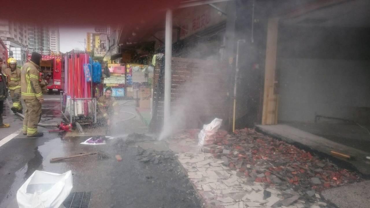 永康區中華路瓦斯管線挖斷噴出大量瓦斯。記者周宗禎/翻攝