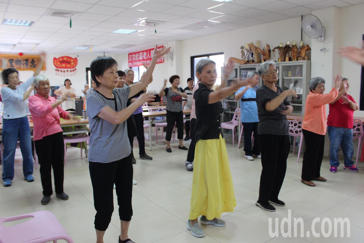 立功里舉辦舞蹈課程,讓爺奶一起動動身體。記者張雅婷/攝影