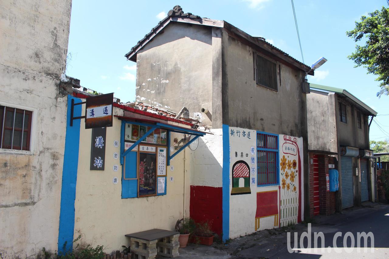 立功里社區環境整潔乾淨,牆上還有復古風彩繪。記者張雅婷/攝影