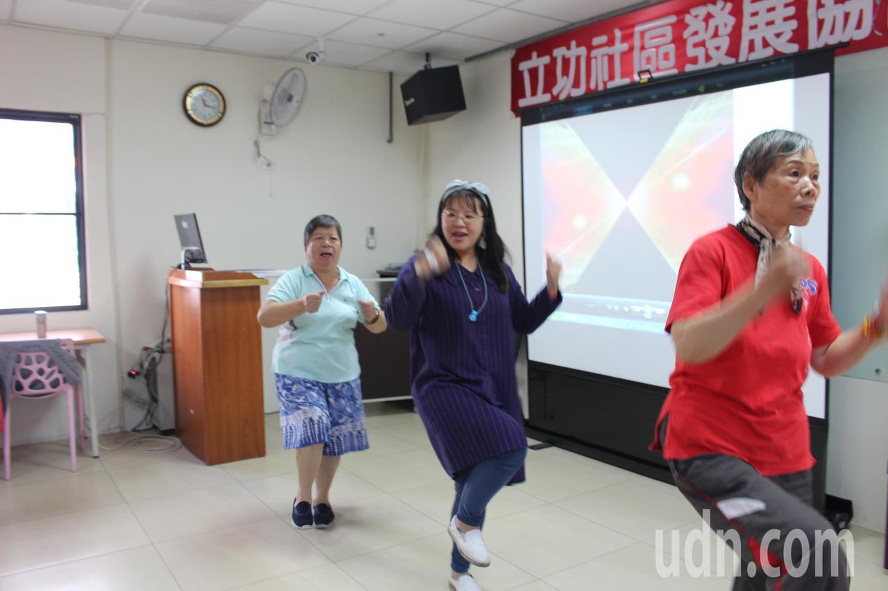 立功里舉辦舞蹈課程,由志工帶動,讓爺奶一起動動身體。記者張雅婷/攝影