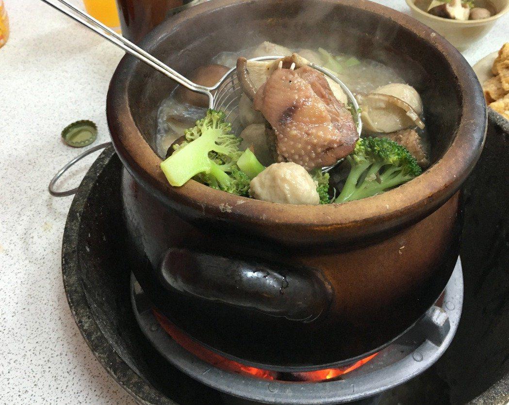 天氣變冷了,熱呼呼的薑母鴨很受歡迎。聯合報系資料照