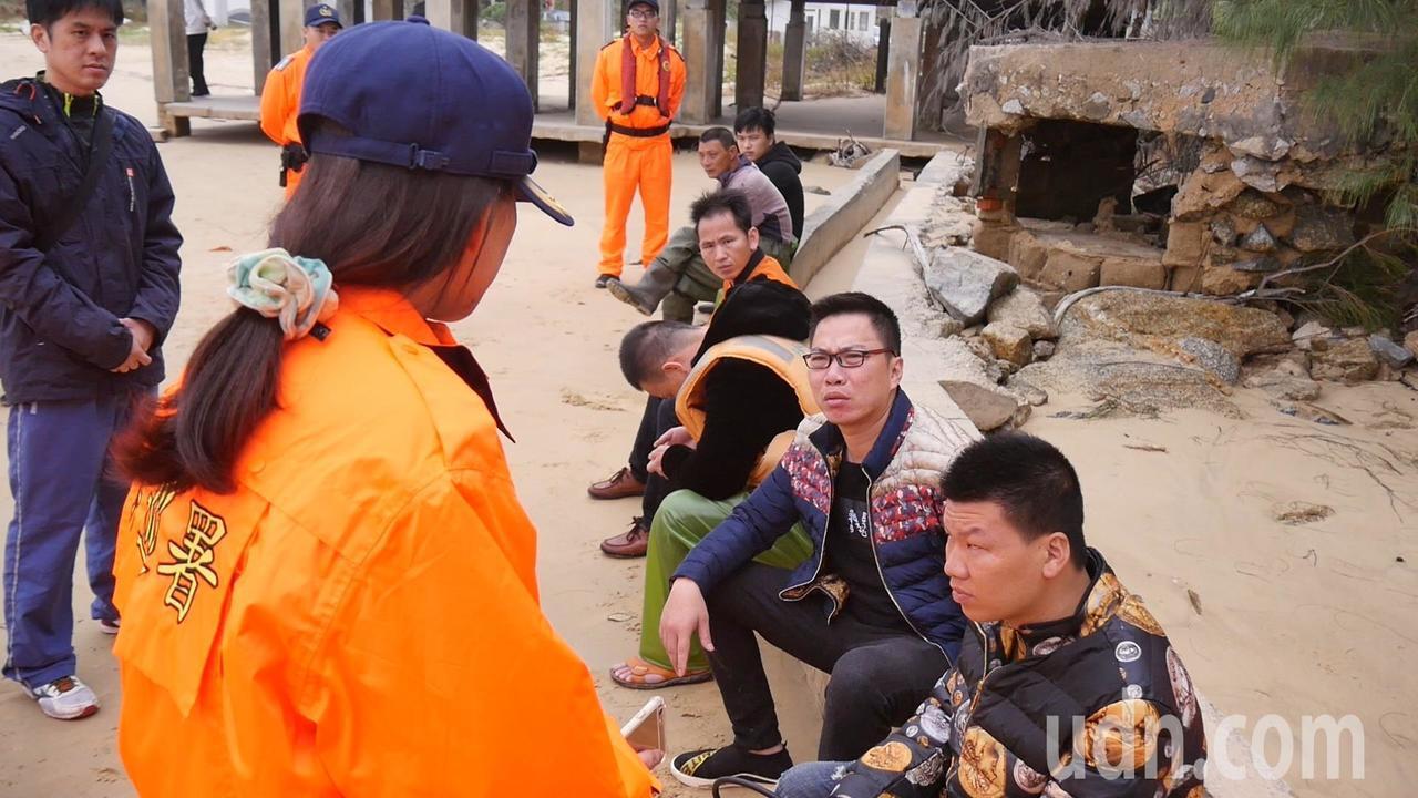 焦急的漁民家屬今天來金門,並上岸尋找失蹤的漁民,遭金門岸巡總隊幹員逮獲。記者蔡家...