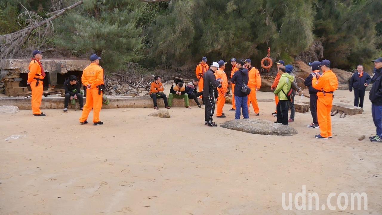 12位漁民家屬今天自行駕船來金門,並上岸尋找失蹤的漁民,遭金門岸巡總隊幹員逮獲。...