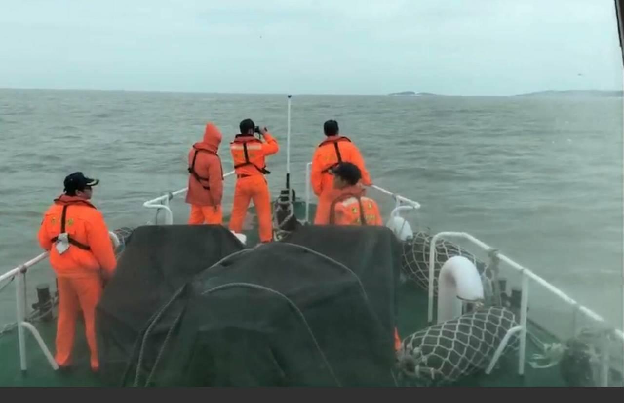 大陸籍漁船18日傍晚在金門北碇島海域翻覆沉沒,2漁民失蹤,連日來海巡都在協助搜救...