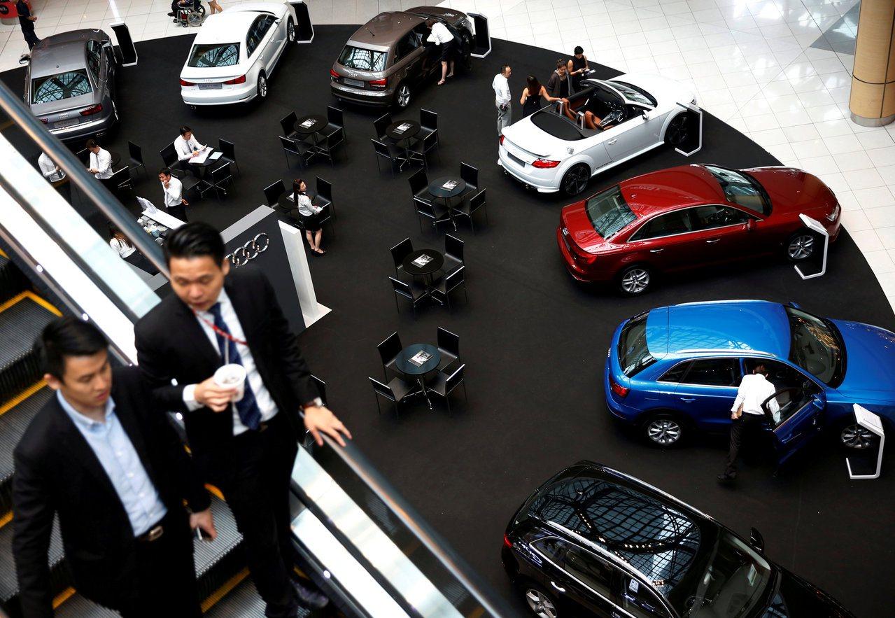 新加坡為管控汽車數量實施擁車許可證制度,擁有一輛一般房車要花超過台幣250萬元。...