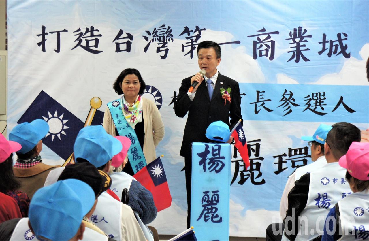 國民黨桃園黨部副主委于北辰(右)到場聲援前立委楊麗環。記者李京昇/攝影