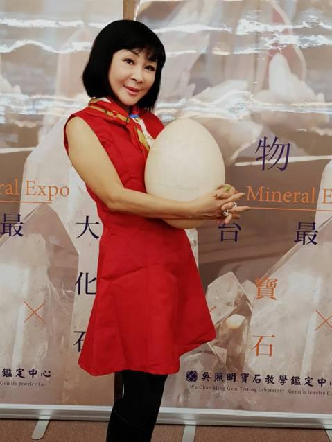 已經淡出演藝圈的吳淡如20日為「2017台灣第十屆礦物展」站台,她因為主持鑑定節目,一頭栽進寶石領域,如今已是專家等級,還想再考英國寶石協會證照。她今天帶著一盒私人收藏到場展示,裡面綠鑽、黃鑽、粉鑽...