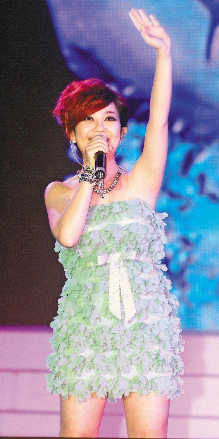 歌手梁靜茹在2006年唱紅的「暖暖」,MV就在基隆的暖暖車站取景。圖/本報資料照...