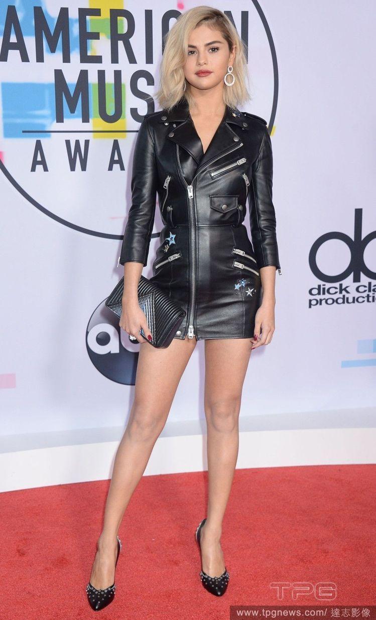最近才與小賈斯汀複合的席琳娜,選穿Coach黑色皮革洋裝,布滿的拉鍊裝飾與些許星...