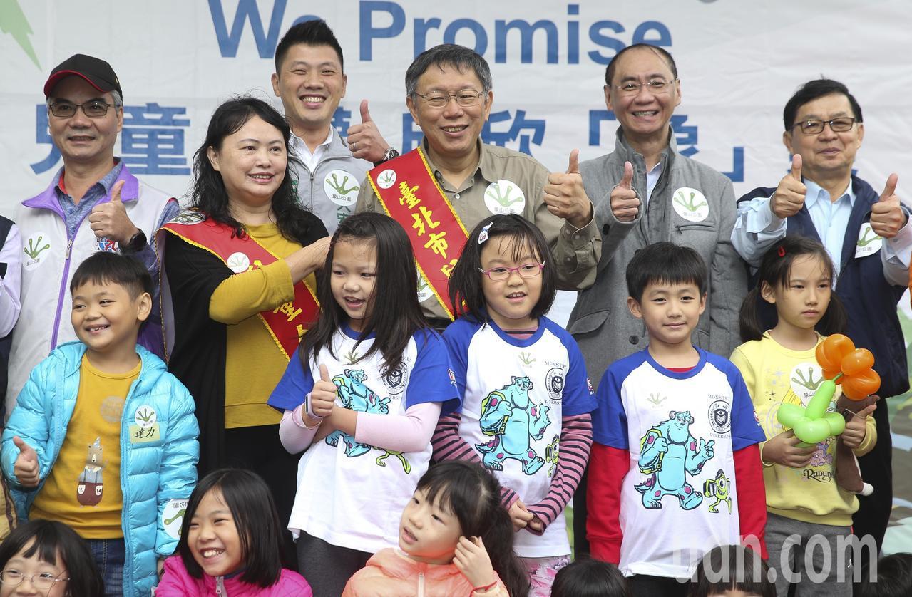 台北市長柯文哲(中)與小朋友一起體驗象山公園新設施。記者楊萬雲/攝影