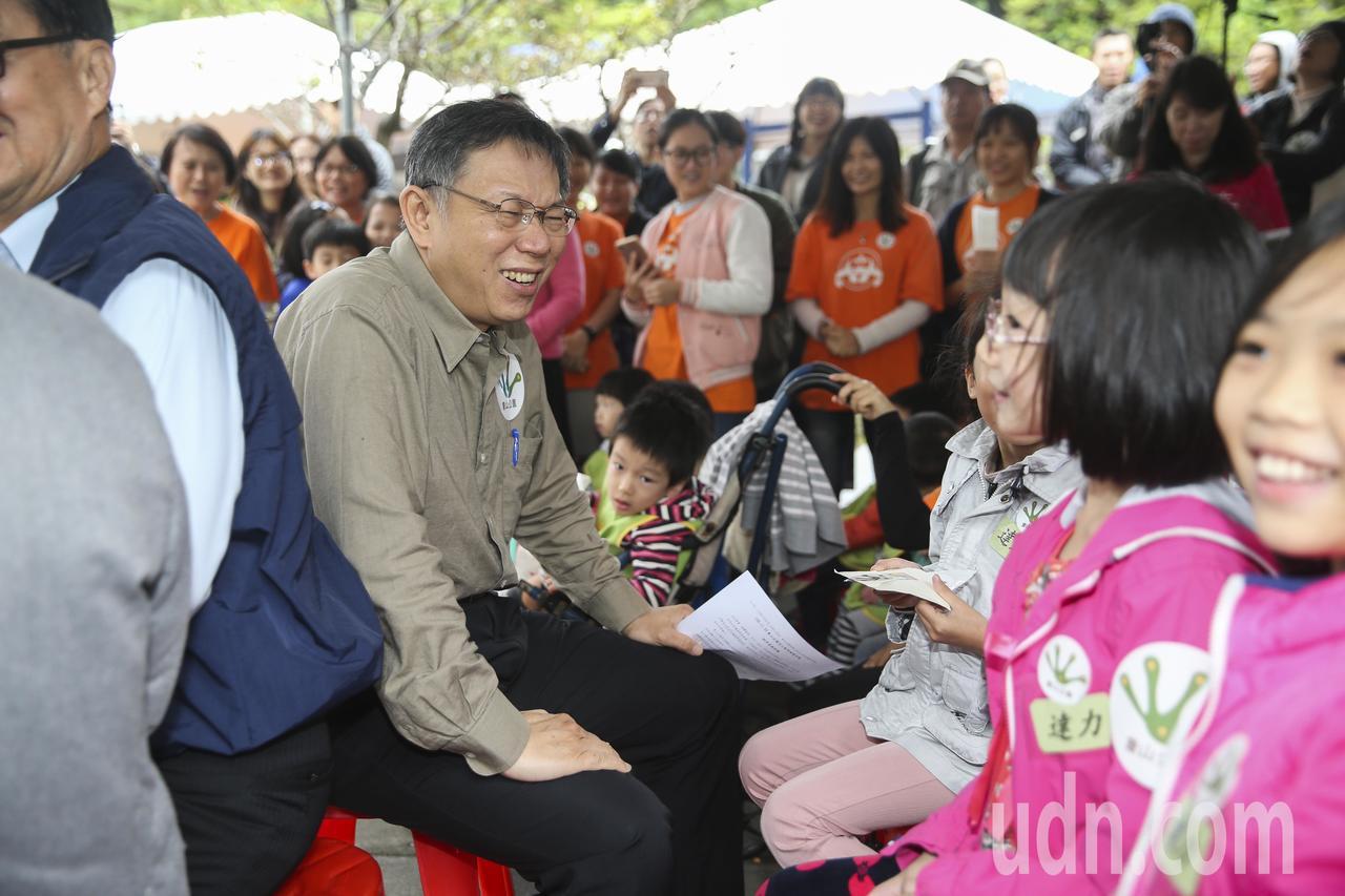 台北市長柯文哲(左)與小朋友一起體驗象山公園新設施。記者楊萬雲/攝影