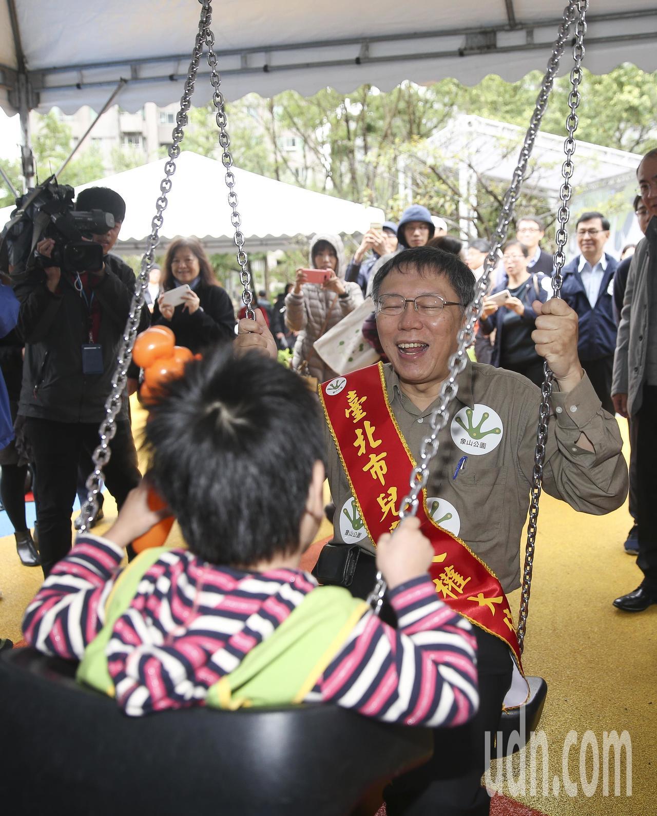 台北市長柯文哲(右)與小朋友一起體驗象山公園新設施。記者楊萬雲/攝影