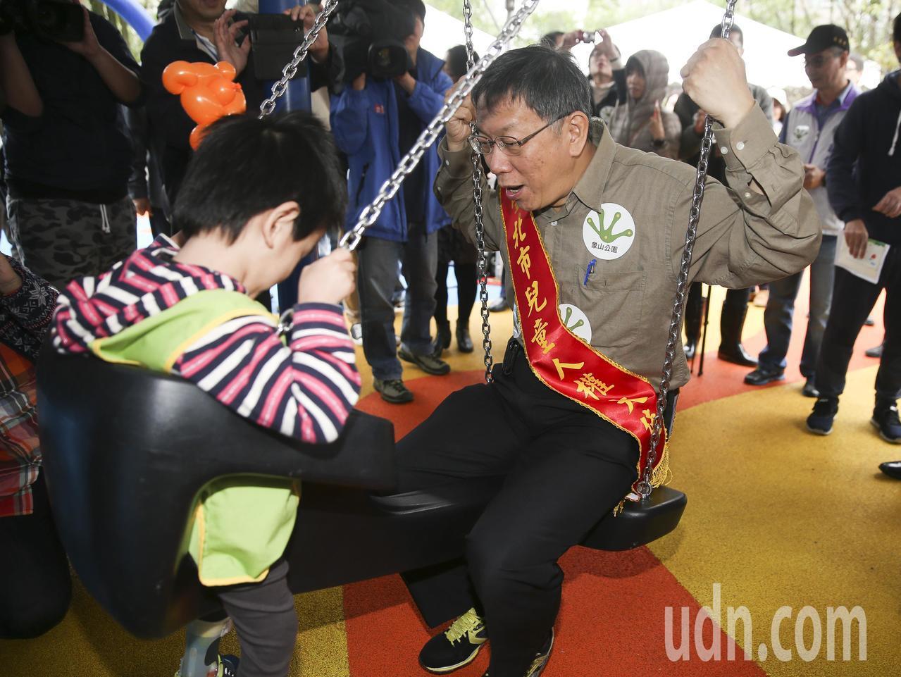 台北市長柯文哲(右)與小朋友一起體驗象山公園新設施。聯合報系記者楊萬雲/攝影