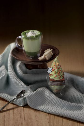 辻利聖誕樹(右)、濃厚白巧克力抹茶拿鐵(左)。圖/辻利茶舗提供