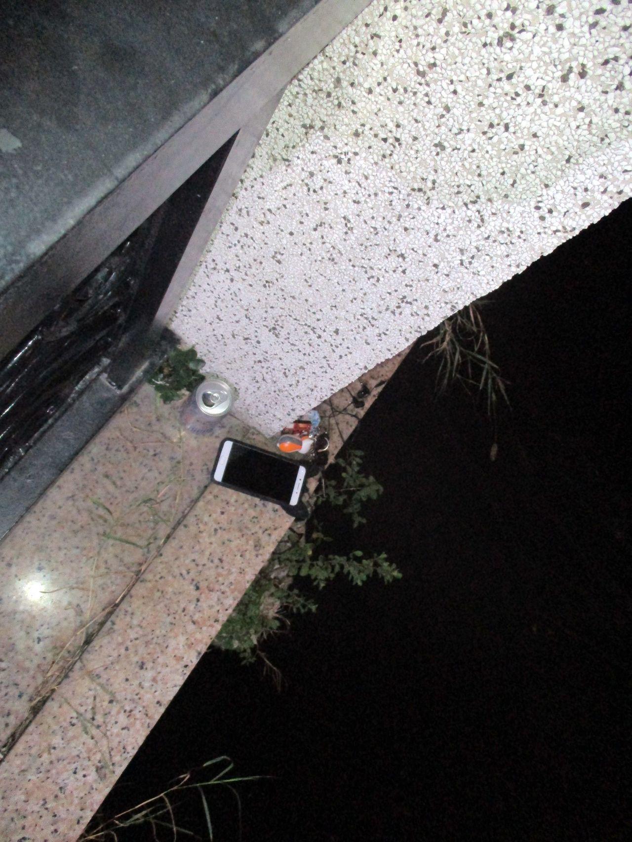 洪姓女子喝了啤酒後將手機與車鑰匙留在運河橋上欄桿邊。記者周宗禎/翻攝