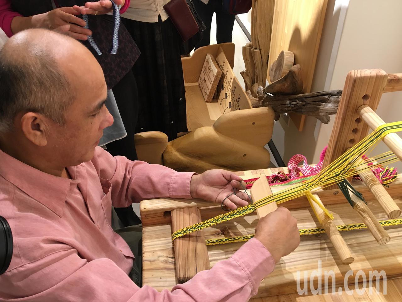 奇美部落的族人鄭志貴利用二葉松殘材重新打造織布機。記者徐庭揚/攝影