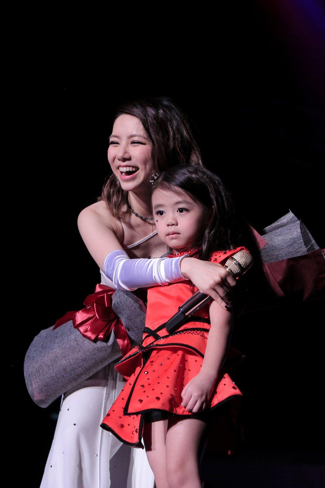 5歲女孩喜歡鄧紫棋3年。圖/蜂鳥音樂提供