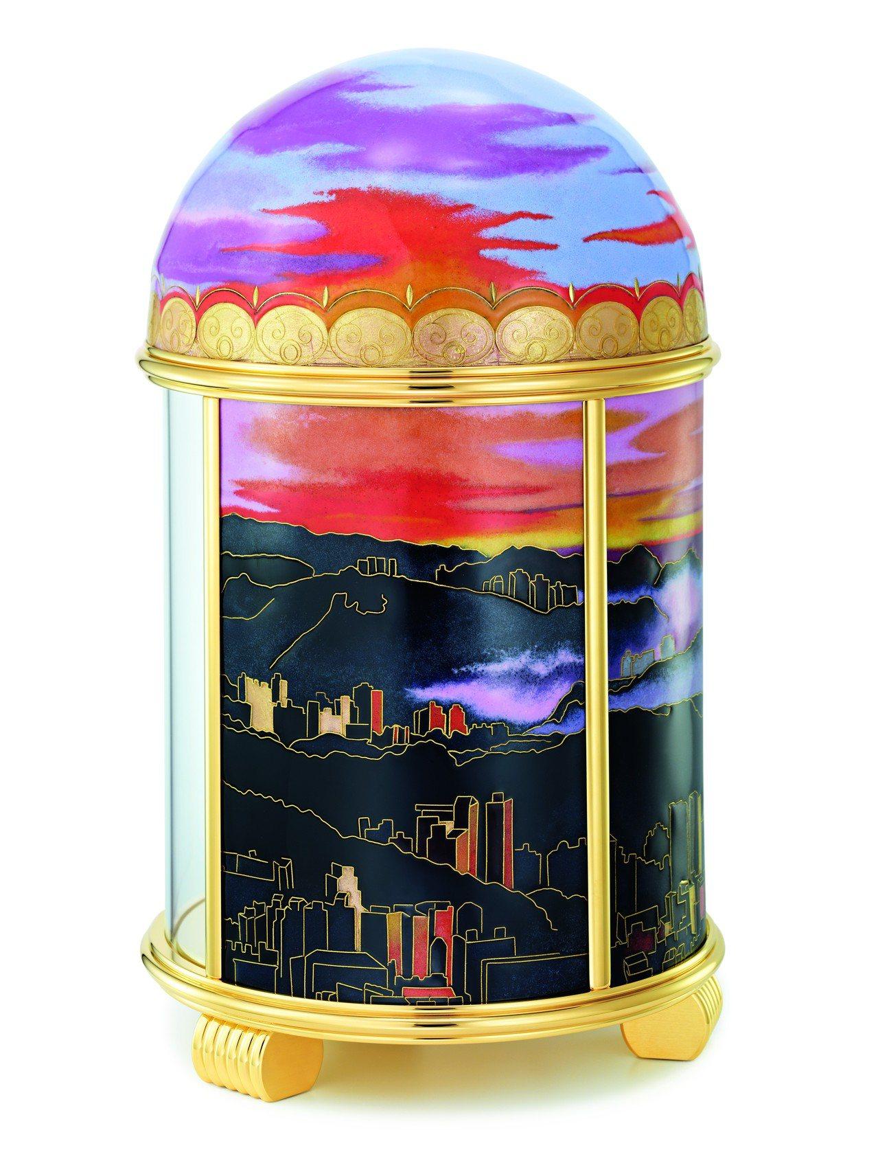 圓頂座鐘每一面的景色都不同,考驗著製作工匠的手藝。圖/Patek Philipp...