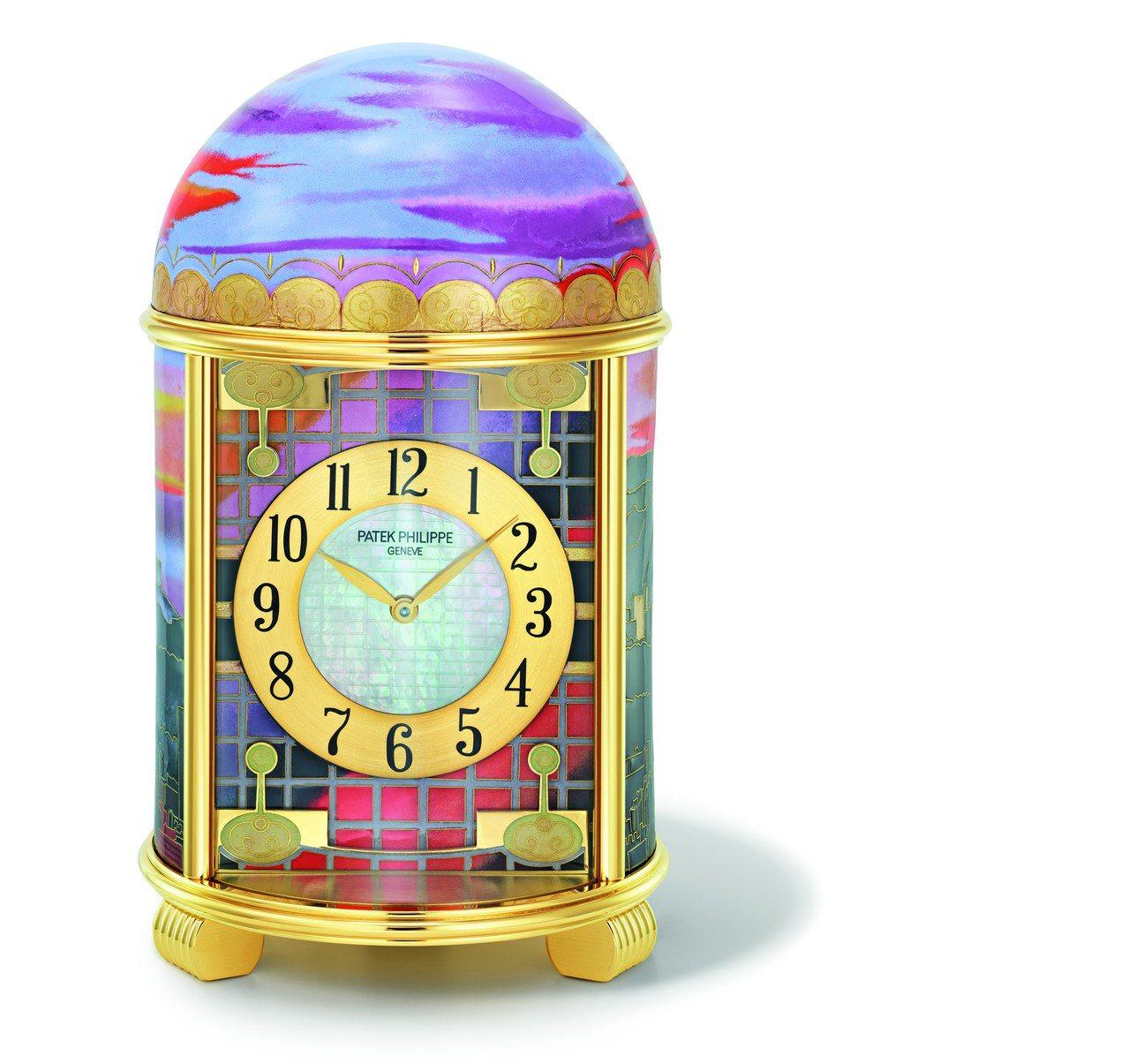 百達翡麗「雲輝霞映‧台北」圓頂座鐘,鐘盤為珍珠母貝,外圍環繞黑色琺瑯的寶璣式數字...