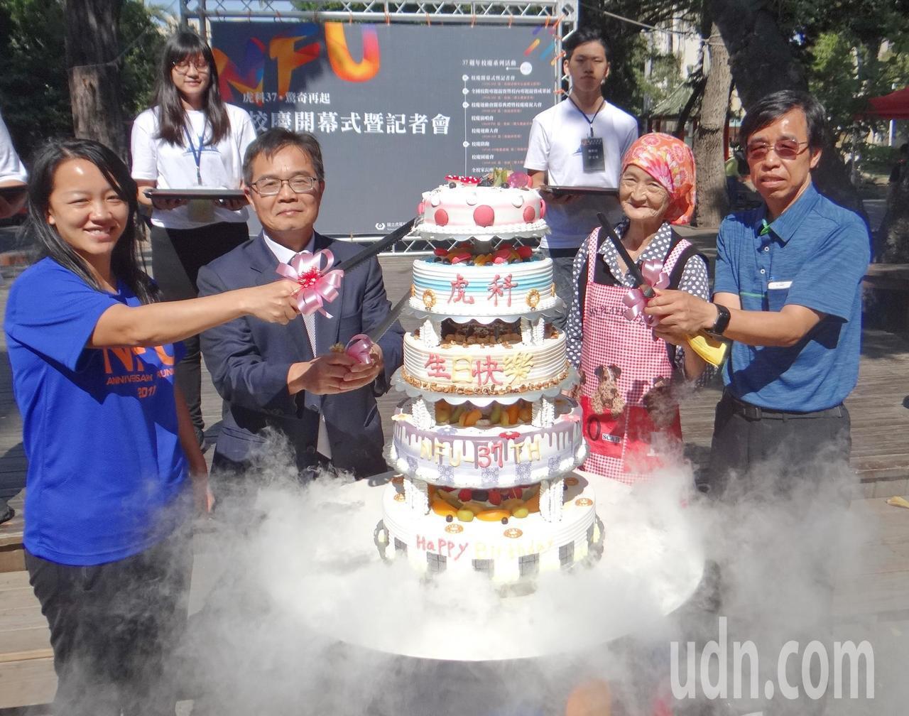 虎科婆婆受邀一切為虎科大37歲日生切下大蛋糕。記者蔡維斌/攝影