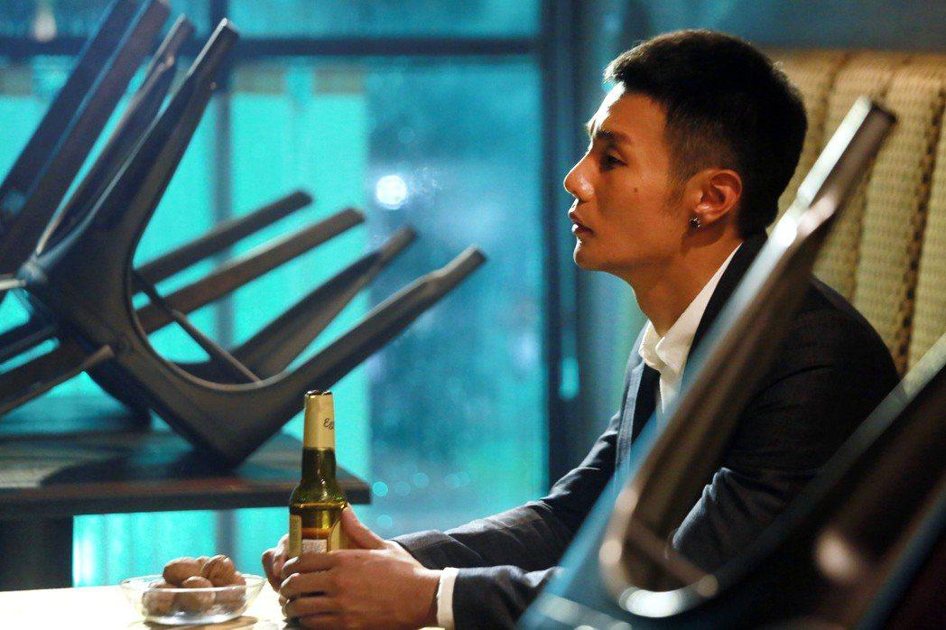 李榮浩在新歌MV中飾演特勤。圖/華納音樂提供(  ※ 提醒您:禁止酒駕 飲酒過量