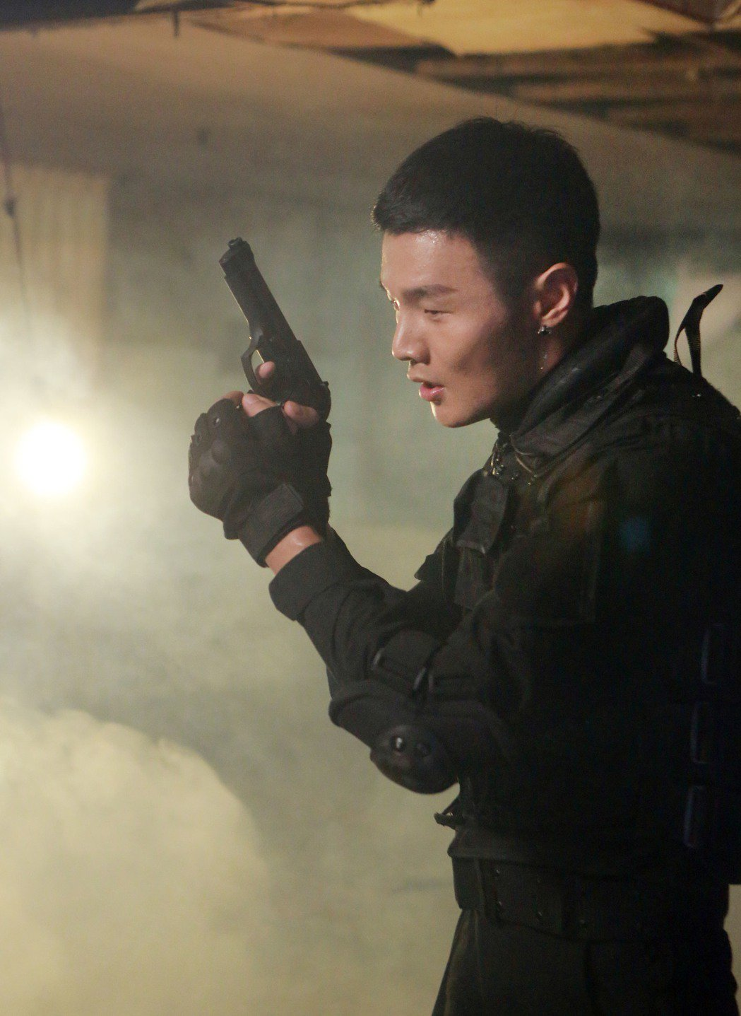 李榮浩在新歌MV中飾演特勤。圖/華納音樂提供