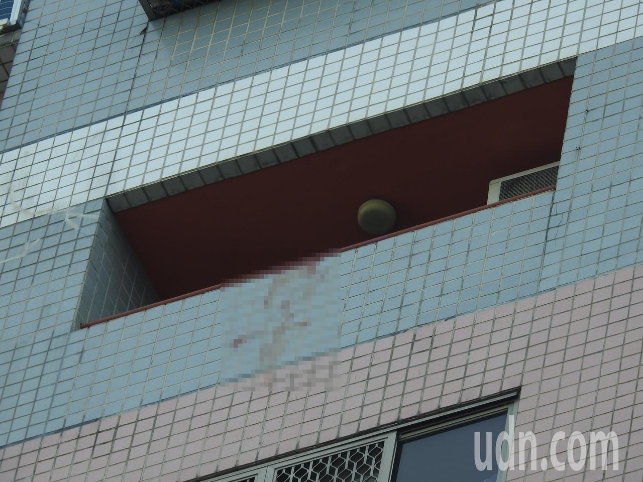 南投縣許男疑將裴姓女友殺害後拋下樓,而在11樓陽台女兒牆外留下明顯血跡。記者賴香...