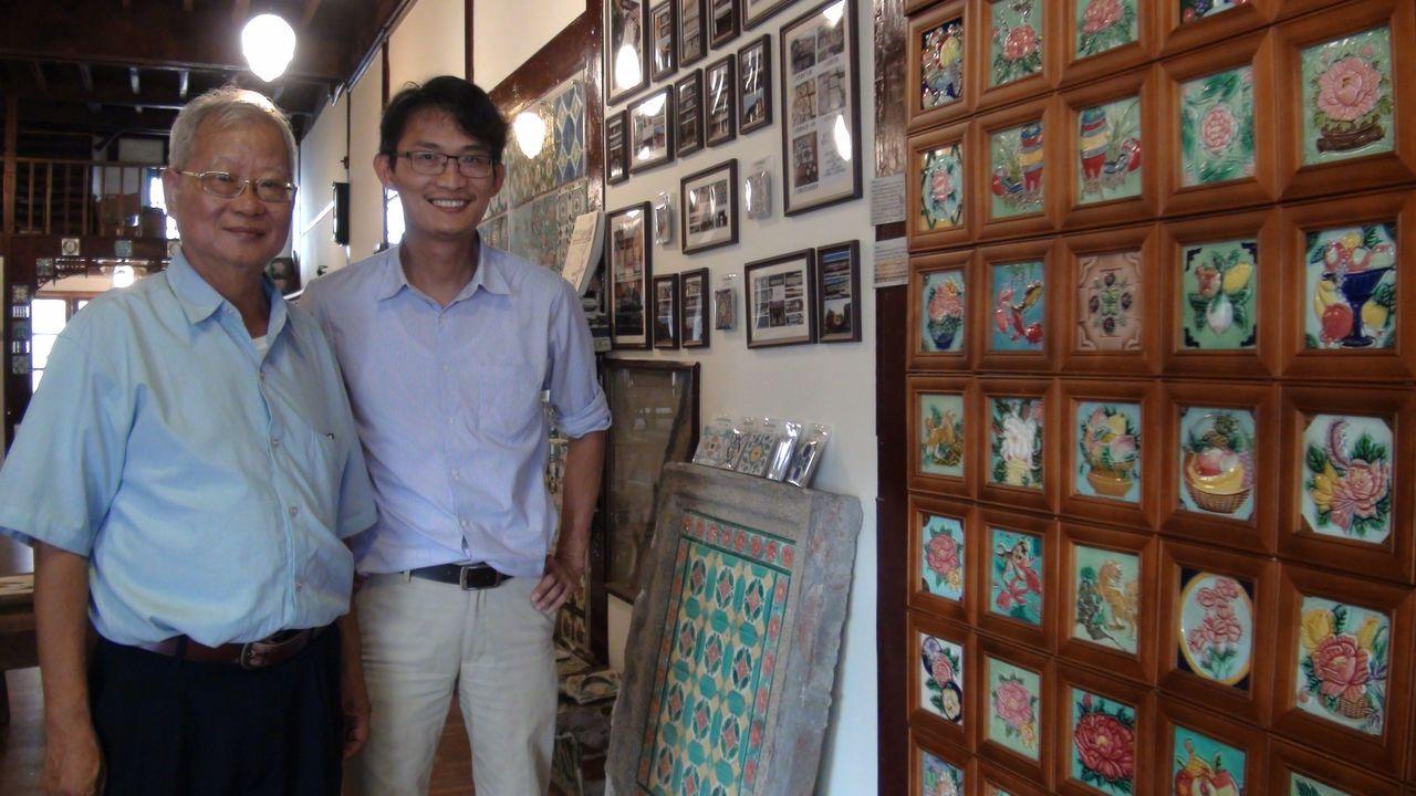 42歲的徐嘉彬(右)不忍美麗花磚隨古厝拆除消失,花20年青春收集,全台跑透透,只...