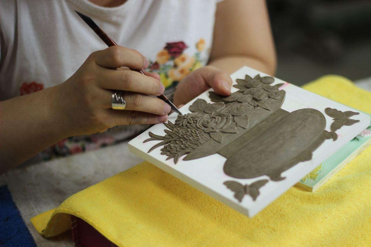 匠師堅持古法重現,經歷無數次的測試,就是要讓百年的花磚工藝在台灣重生。經過時間淬...