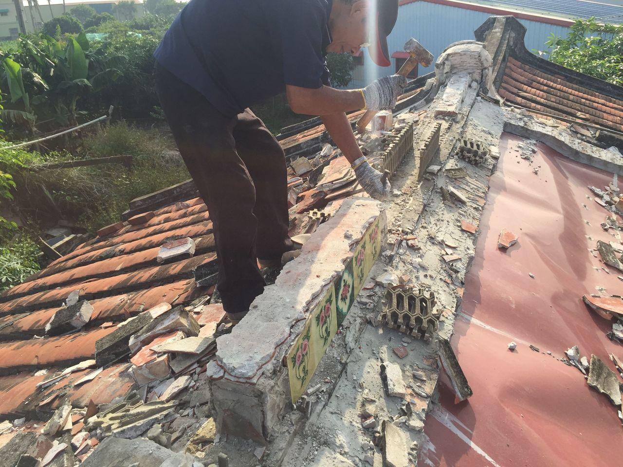 徐嘉彬和一群志同道合夥伴出現各個拆屋現場,搶在工程進行前,拜託屋主允許他們爬上屋...