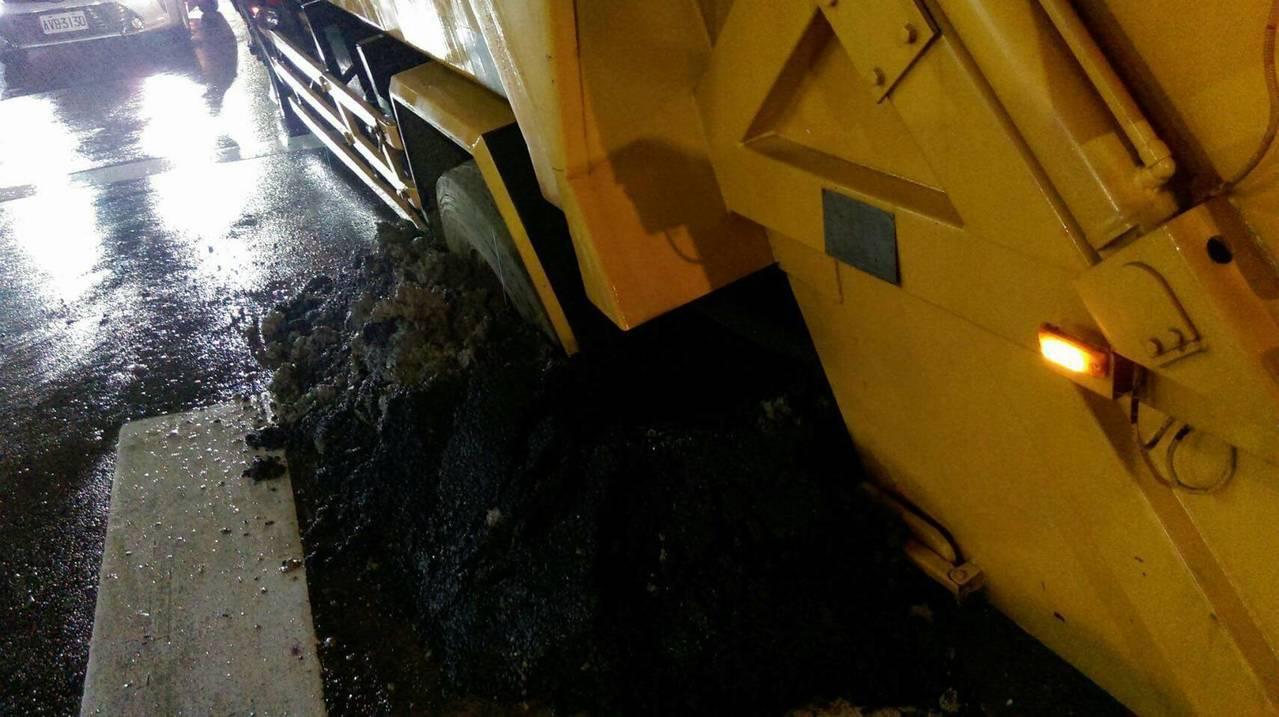 今晚一輛垃圾車行經基隆市樂利三街國家新城郵局前,疑似道路施工未擺放交通錐和警示燈...