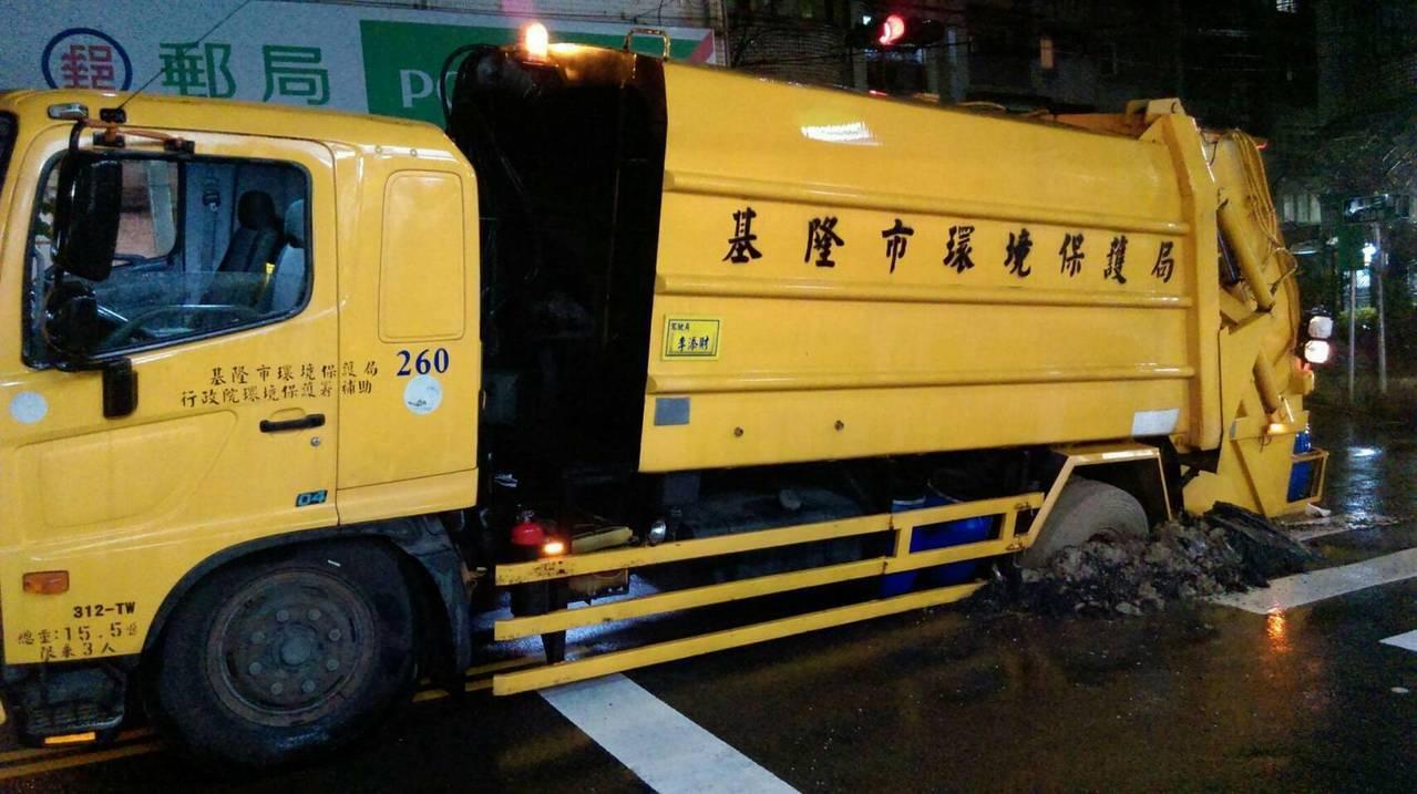今天晚上,一輛垃圾車行經基隆市樂利三街國家新城郵局前,疑似道路施工未擺放交通椎和...